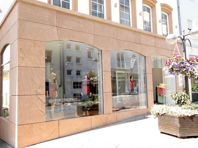Fassadengestaltung an einem Geschäftshaus in Bitburg mit Kylltaler Sandstein gebändert