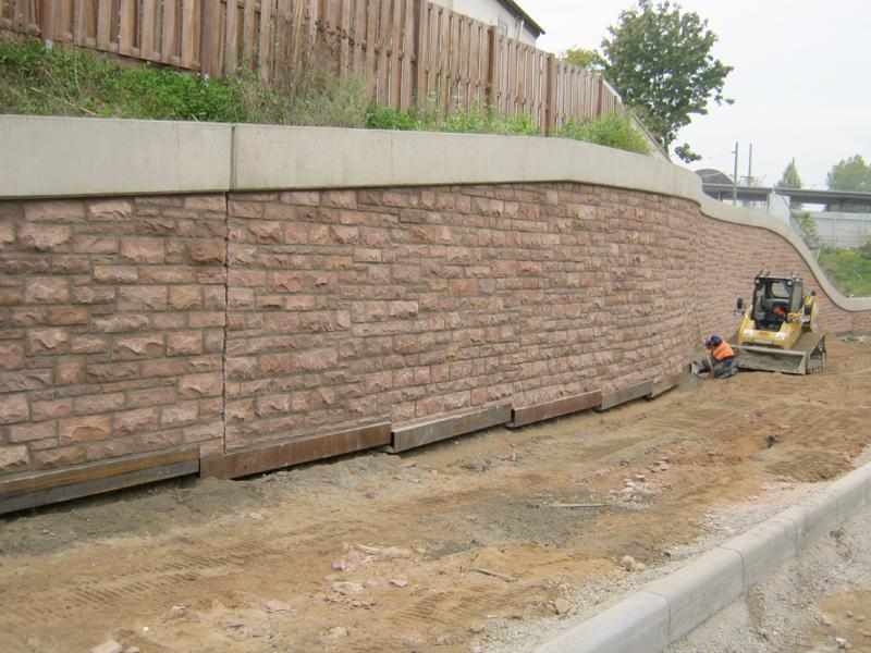 Mauer mit Kylltaler Sandstein rot