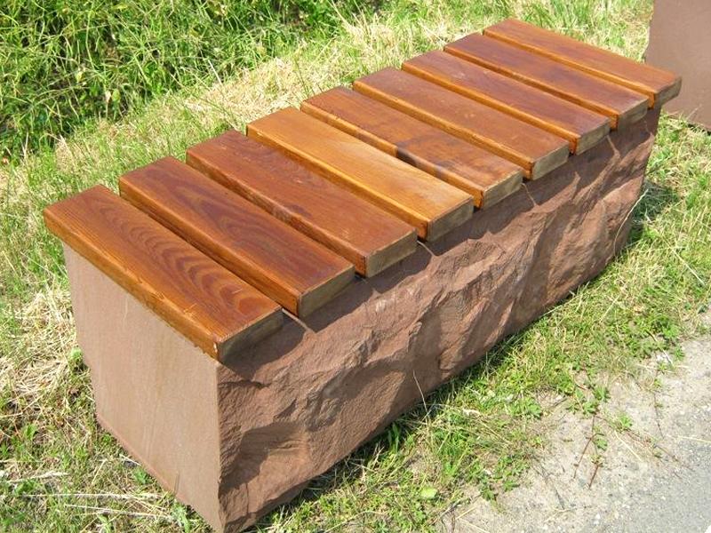 Sitzgelegenheit mit Holzauflage in Kylltaler Sandstein rot