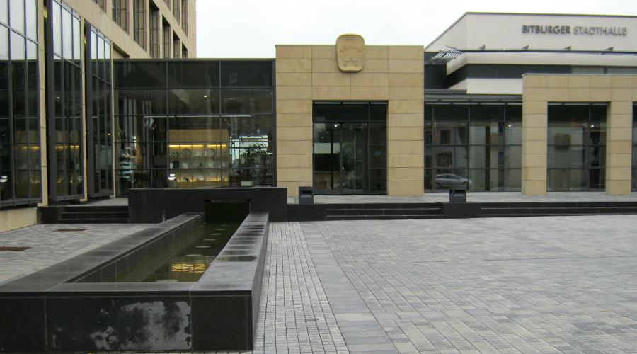 Stadthalle Bitburg/Brauerei, Natursteinfassade & Vorplatzgestaltung, Stein: Sandstein gelb, Basalt, 2009